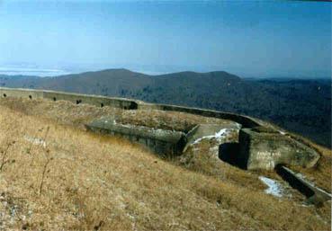 Форт № 2. Левый люнет. Стрелковый бруствер и площадки для противоштурмовых орудий