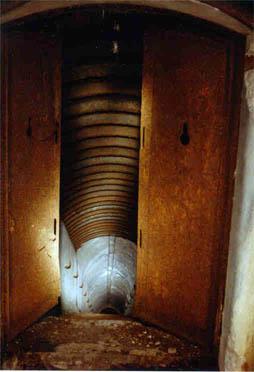 Форт № 2. Потерна, ведущая из кофра. Оборонительные ворота и противооткольное усиление потолка