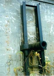 Форт Поспелова. Ствол 9-фунтовой полевой пушки обр. 1867 г., вмурованный в амбразуру головного кофра в 1904 г.