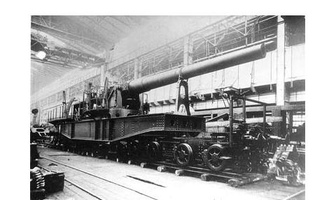 Транспортер батареи № 1 (будущий ТМ-8) с первоначально установленным 10-дюймовым орудием в цехе Петроградского Металлического завода. 1917 г. Из коллекции Н.В. Гаврилкина
